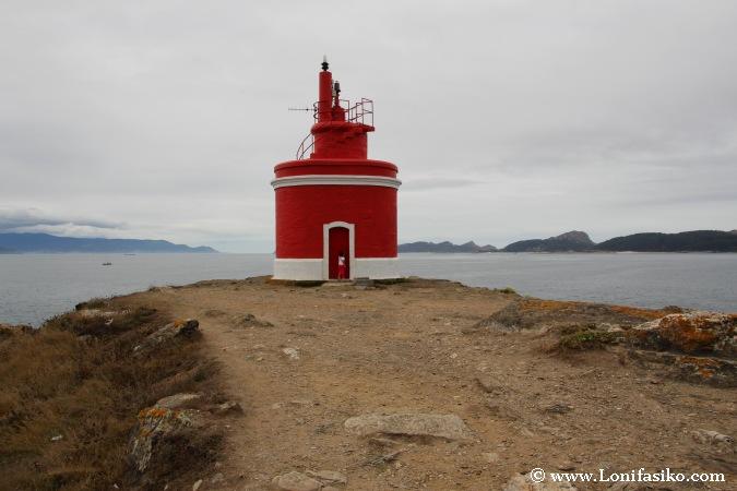Faro rojo de Punta Robaleira en Cabo Home