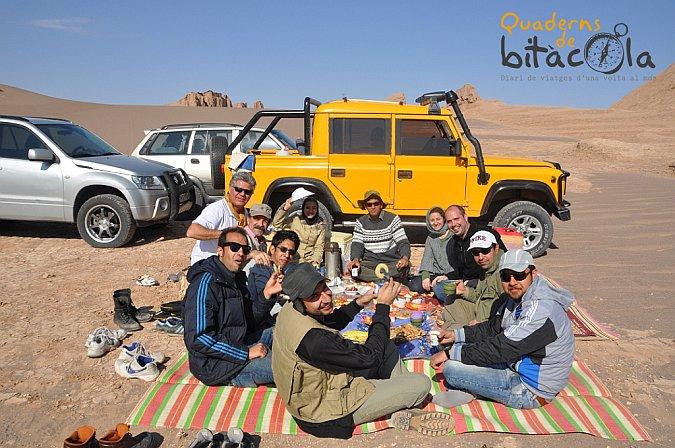 Comer en el desierto en Irán