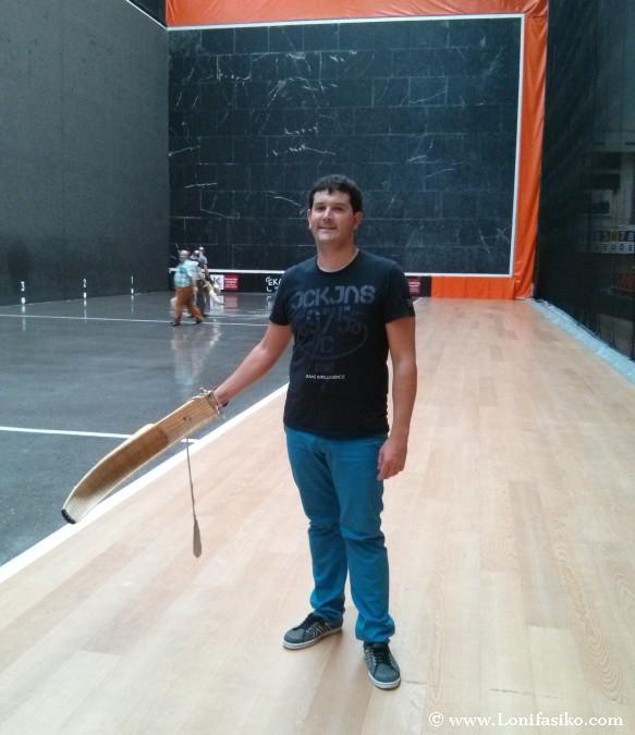 Aprender a jugar a cesta punta en Gernika