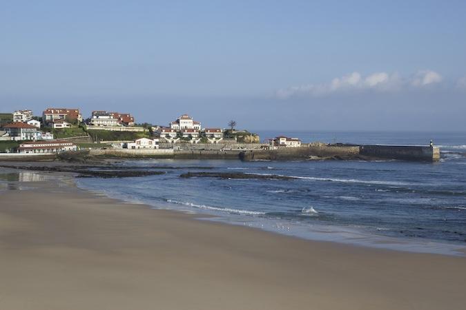 Playa y puerto de Comillas