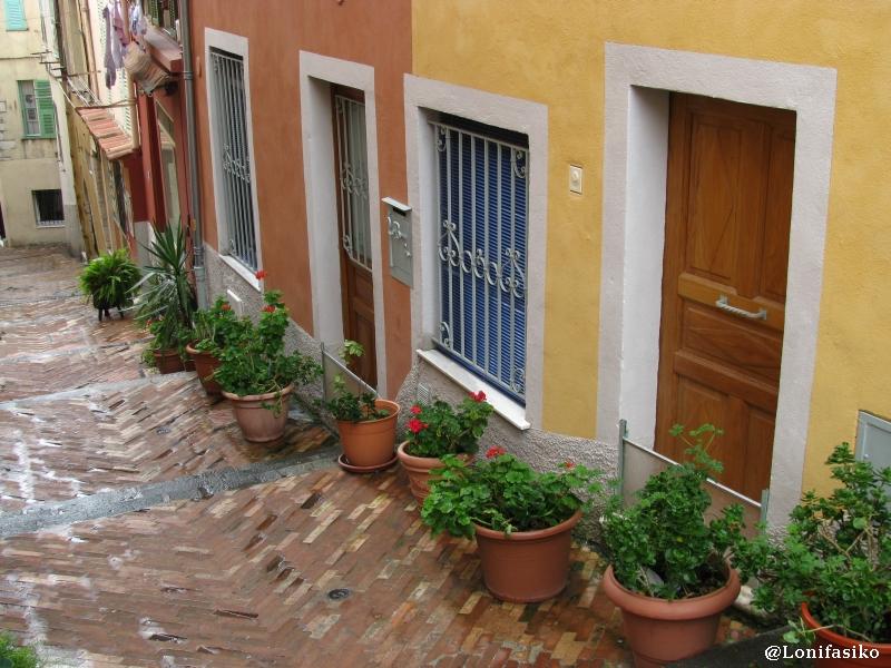 Puertas y ventanas coloridas en el casco histórico de Villefranche