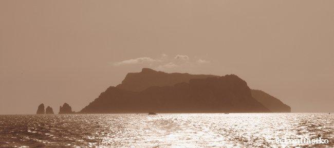Silueta de la isla de Capri al atardecer, de vuelta a Positano