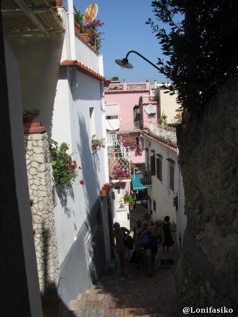 Callejuelas estrechas de subida desde Marina Grande a Capri