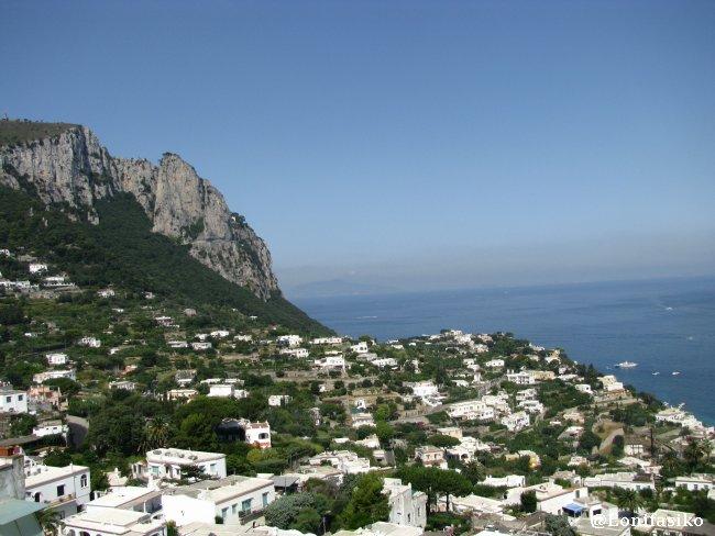 Vista panorámica de las estribaciones de Capri desde La Piazzeta