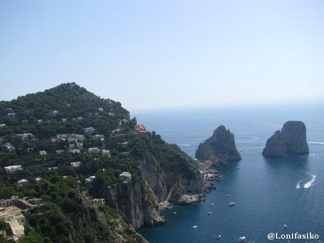 Vista panorámica las tres moles rocosas que conforman 'Il Faraglioni' de Capri