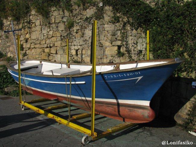 'Txalupa' o barca en el paseo de la bocana del puerto de Pasaia
