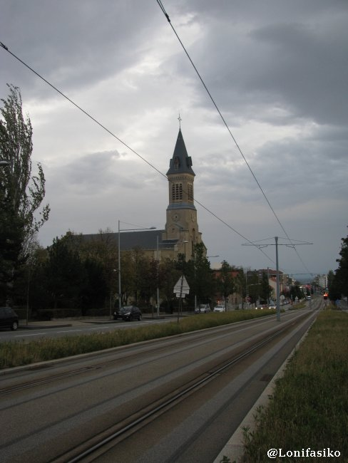 Tranvía e iglesia en Clermont-Ferrand