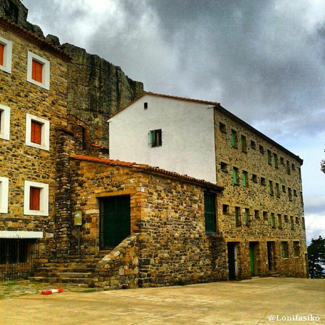 Explanada donde se sitúa el Santuario del Moncayo, el albergue y el restaurante
