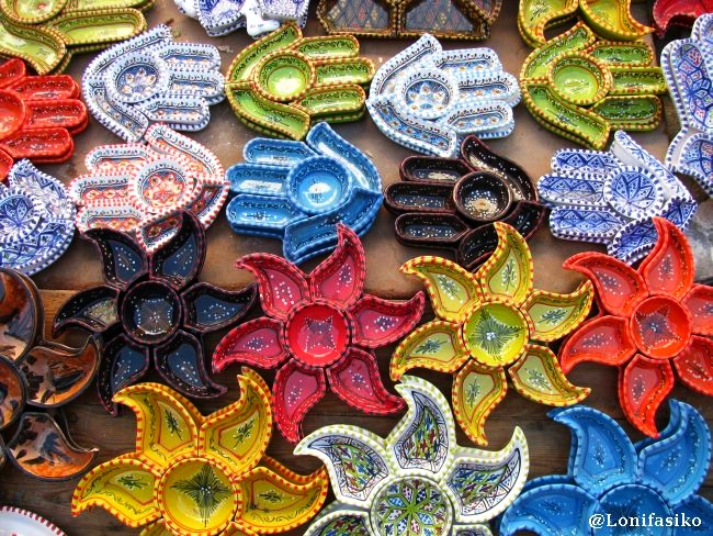Souvenirs multicolor en Sidi Bou Said, en Túnez