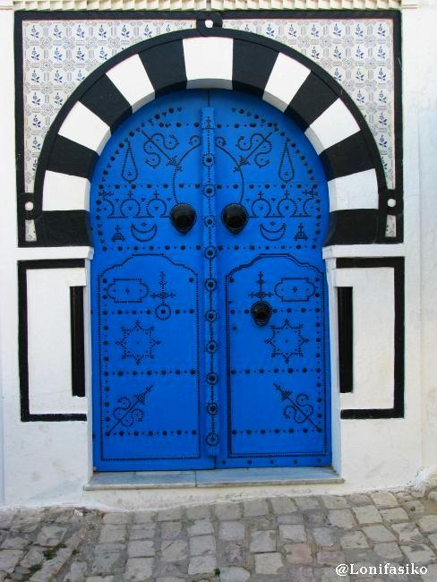 Festival de puertas, cada cual más bonita, en Sidi Bou Said, Túnez