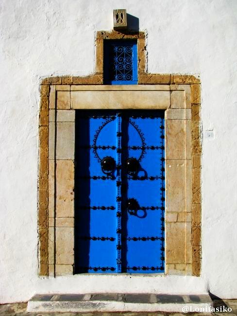 Puertas azules resultonas, un clásico en Sidi Bou Said, Túnez