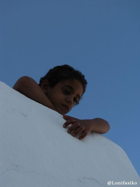 Rostros curtidos al sol contrastan con las blancas paredes de Sidi Bou Said