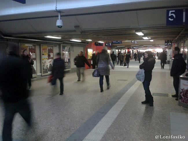 Ajetreo de gente en el pasadizo subterráneo de München Ost
