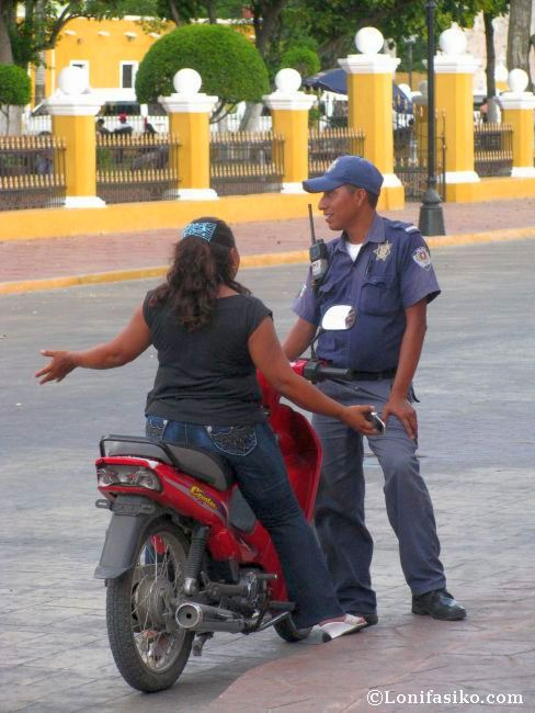 ¿Discusión acalorada entre agente y conductora? No, todo lo contrario, cordial conversación