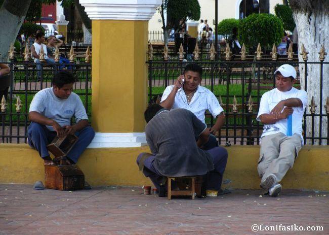 Limpiabotas en la plaza Francisco Cantón de Valladolid, México