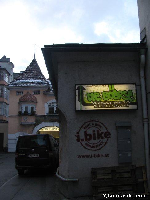 Callejón de acceso a la tienda de alquiler de material de esquí Die Böerse, en Innsbruck