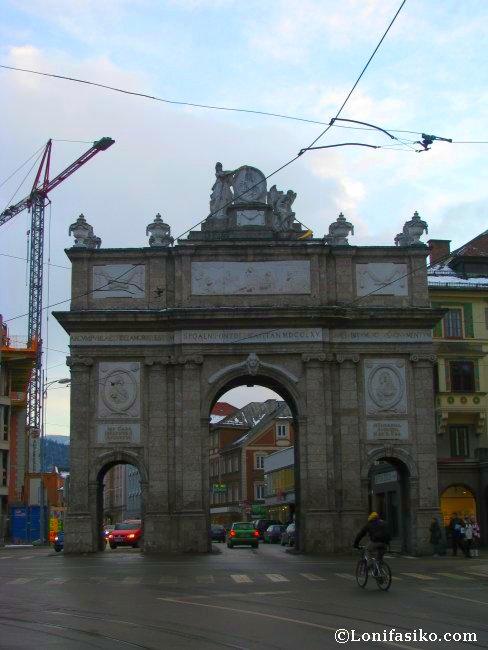 Arco del triunfo de Innsbruck, muy cerca de la tienda Die Böerse
