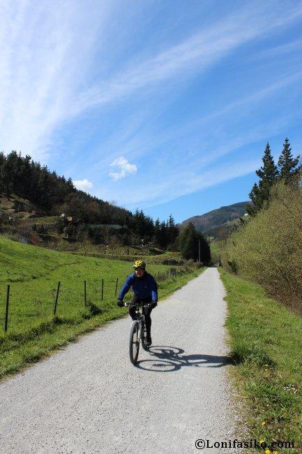 La vía verde del Urola es idónea para andar en bicicleta de montaña o mountain-bike