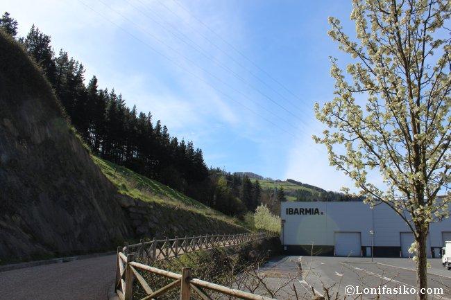 Entrada y tramo inicial de la vía verde del Urola en el poligono industrial de Etxesaga, en Azkoitia