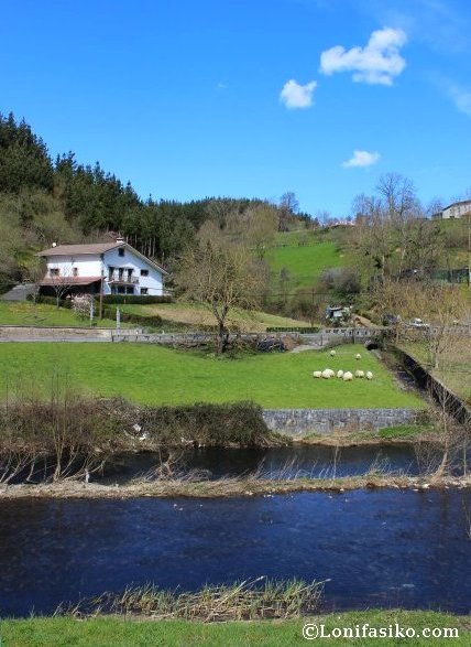 Caserío entre prados verdes a la vera del río Urola, paisaje 100% Euskadi