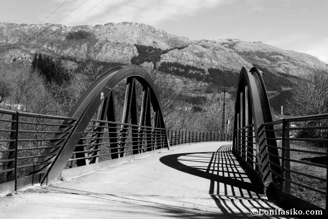 La vía verde discurre por antiguos puentes, ahora reacondicionados, que salvan el río Urola