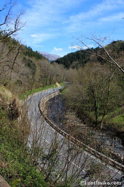 Río Urola y la carretera Azkotia-Zumarraga desde el trazado de la vía verde