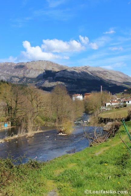 Río Urola y macizo calcáreo de Izarraitz al fondo