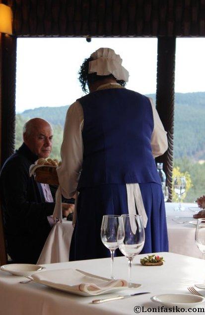 Personal del Restaurante Andra Mari ataviado con un bonito traje