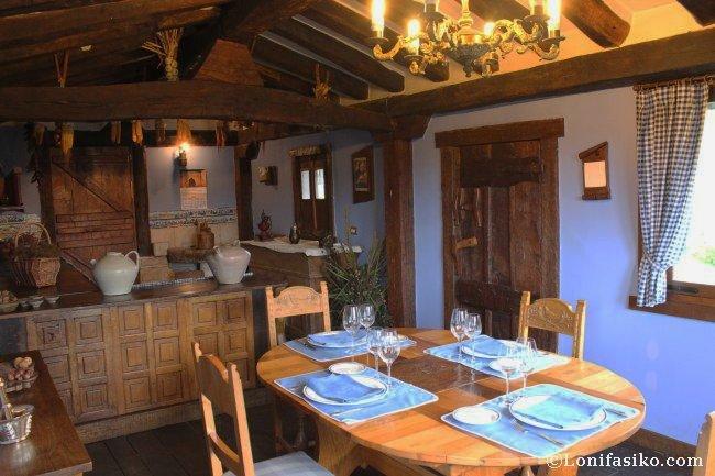 Comedor privado, ambientado como antiguamente, en el Restaurante Andra Mari de Galdakao