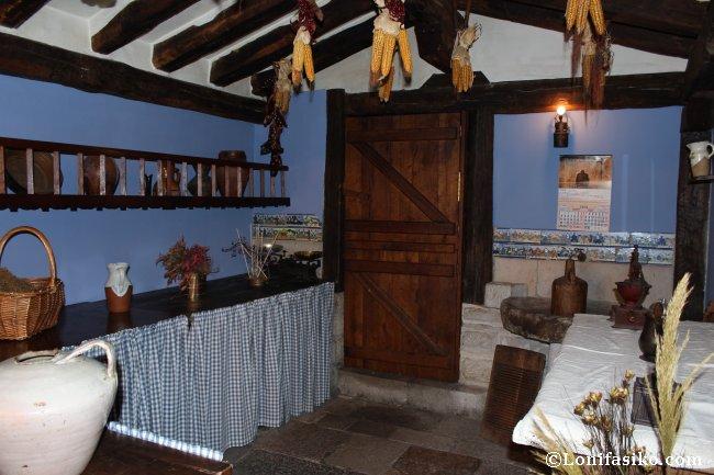 El comedor recrea la cocina de un antiguo caserío vasco