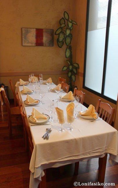Disposición de una mesa de grupo en el Restaurante Hilarion