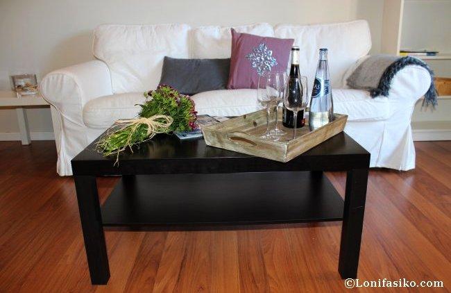 Flores y botella de vino como detalle de bienvenida