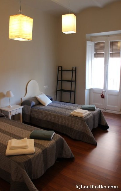 Dormitorio de dos camas del apartamento
