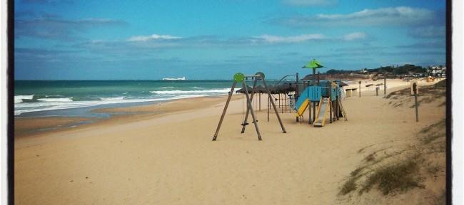 Columpios y parque infantil en la Playa de La Barrosa en Cádiz