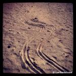 Marcas del #slowfamilitravel en la arena de la playa