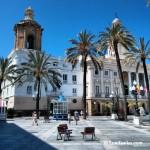 Playa y ayuntamiento de Cádiz capital