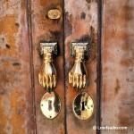 Detalle curioso en puerta del casco histórico de Cádiz capital