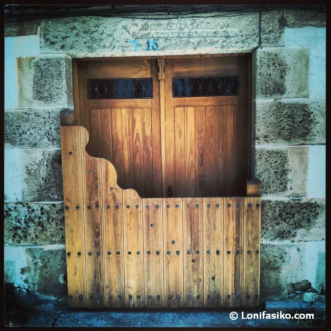 La 'batipuerta', un elemento arquitectónico típico de Candelario