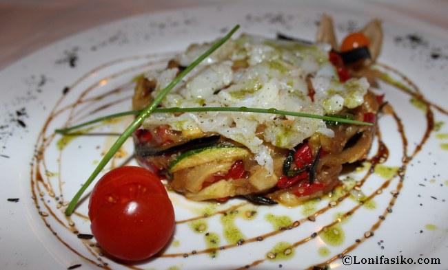 Exqueisada de verduras asadas con lascas de bacalao