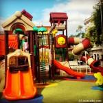 Parque infantil en la plaza principal de Boiro, vital en un slowfamilytravel