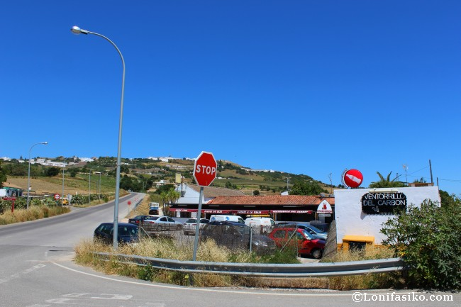 Restaurante Ventorrillo del Carbón, a pie de carretera, con Media-Sidonia al fondo