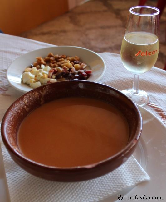 Gazpacho con acompañamiento en el Restaurante Ventorrillo del Carbón