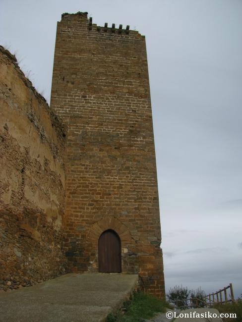 Torre y puerta de entrada al castillo de Vozmediano