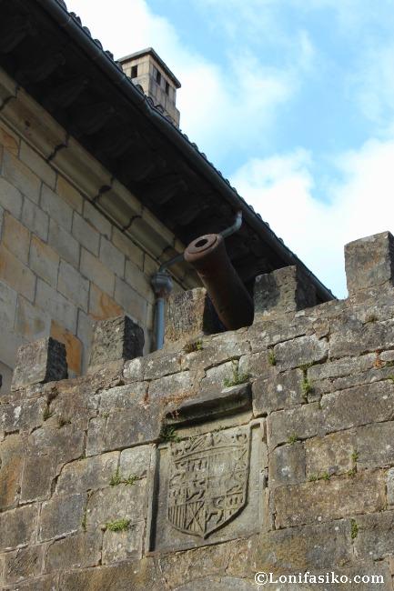 Cañon y escudo de Isabel y Fernando en el Portal del Campo