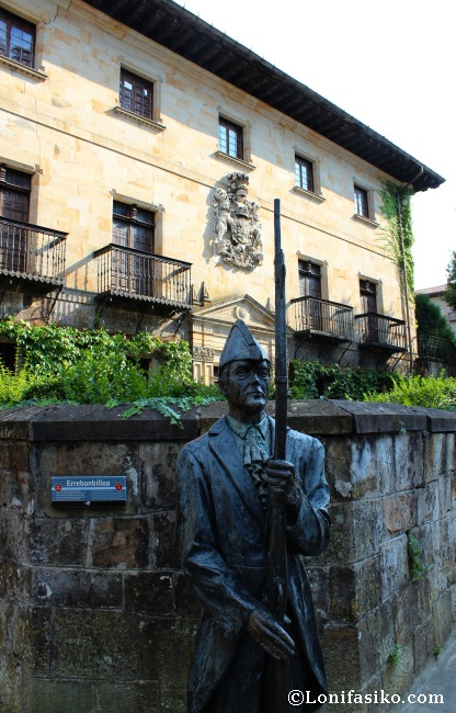 Escultura homenaje al Errebonbillo, y fachada lateral del Palacio Zearsolo