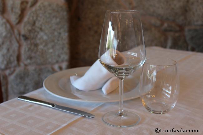 Mesa sencilla pero elegante en el Restaurante Asador Arume