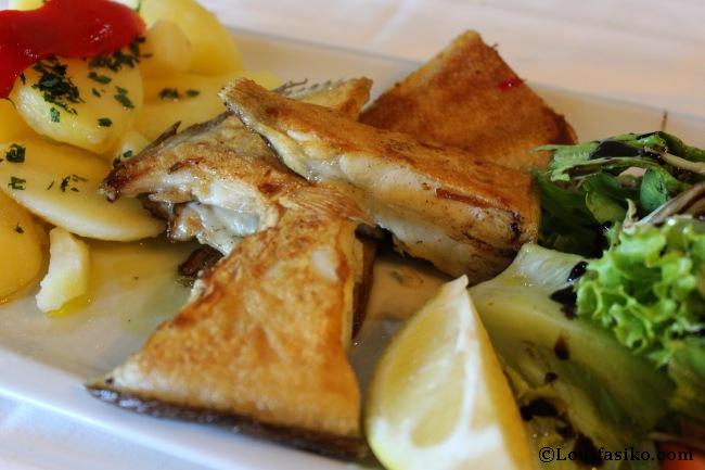 Presentación del plato de Coruxo, un pescado autóctono del estilo del rodaballo
