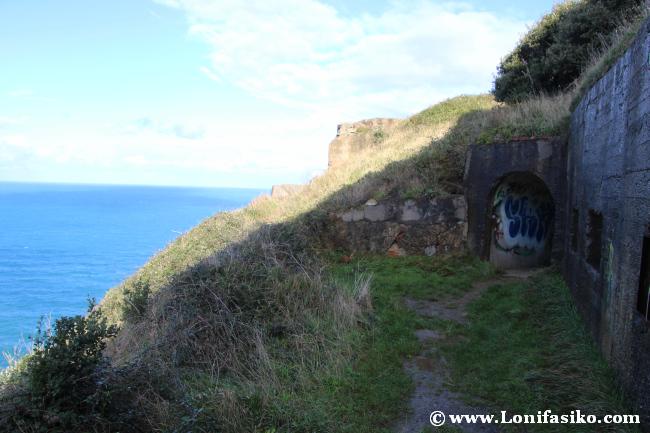 Entrada principal al búnker y cuartel militar bajo el faro de Gorliz