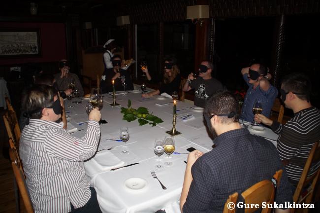Mesa completa en la dark dinner del restaurante Andra Mari