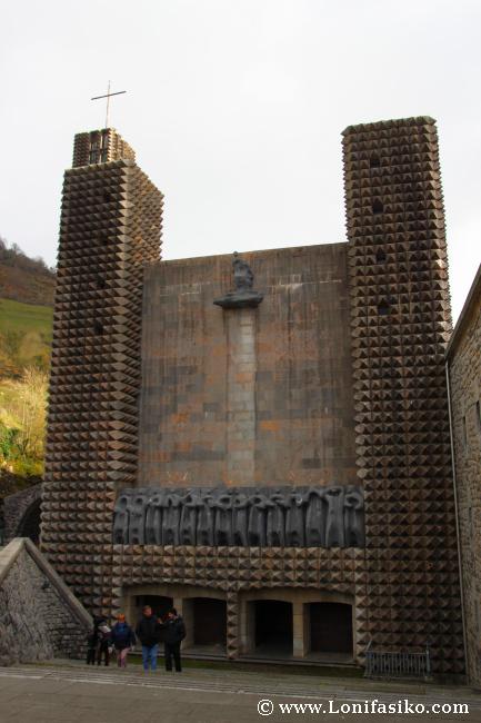 Santuario de Arantzazu: Escultura 14 apóstoles de Jorge Oteiza